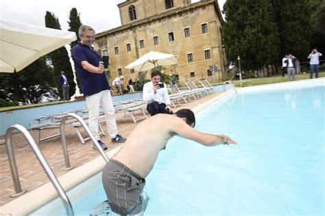 Bagno In Piscina In Salvini Fa Il Bagno In Una Piscina Confiscata Alla Mafia