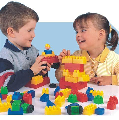 imagenes de niños jugando con sus juguetes construcciones blocks 60 piezas juguetes de madera y