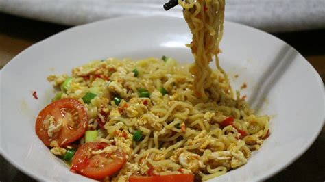 membuat omelet mie goreng how to make mie goreng special cara membuat mie goreng