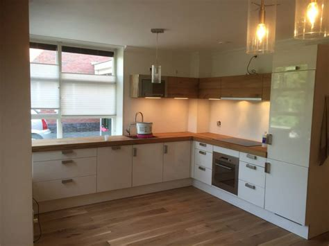 houten keuken met zwart blad werkbladen en fronten op maat restylexl