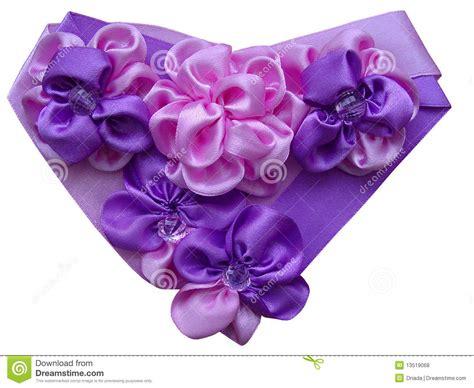 fiori con nastri cuore decorato con i fiori dai nastri satiny fotografie