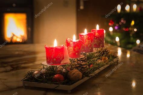 albero di natale con candele candele di avvento con albero di natale e fuoco di camino