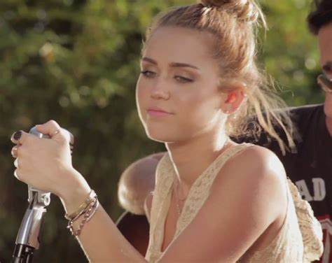 miley cyrus canta una versi 243 n de look what they v done to