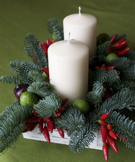 composizione natalizia con candele centrotavola natalizio di pino e verdura ricetta e cucina