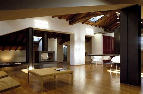 soffitto in legno lamellare un attico elegante con il soffitto in legno mansarda it