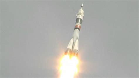 Raket Or raket met nieuwe bemanningsleden onderweg vanuit kazachstan naar iss nu het laatste nieuws