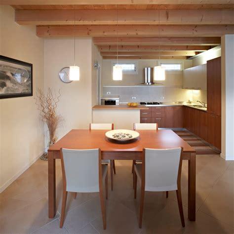 illuminazione tetti in legno tetto in legno per una mansarda luminosa e accogliente