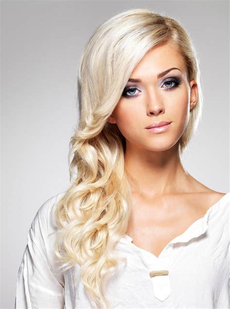 blond gefaerbte haare  langer lockenfrisur blonde lange