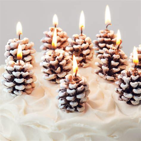 composizioni di candele centrotavola natalizio con pigne e candele