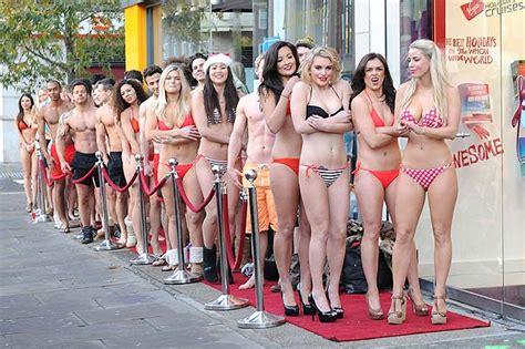 modelle in costume da bagno in fila in costume la foto giorno corriere della sera