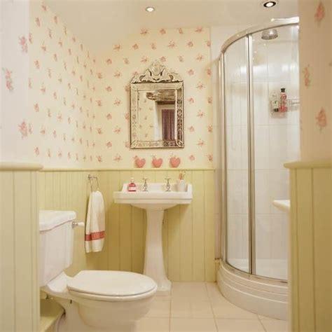 fliese rosa badezimmer design ohne fliesen wandpaneele tapeten blumen