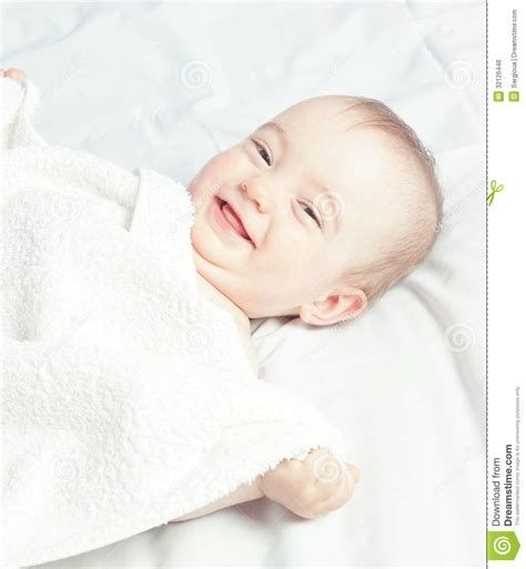 baby kommt nicht in den schlaf gl 252 ckliches lachendes baby nach schlaf in den warmen