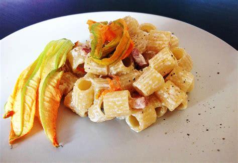 pasta con i fiori di zucchina pasta con pancetta e fiori di zucchina golosi peccati