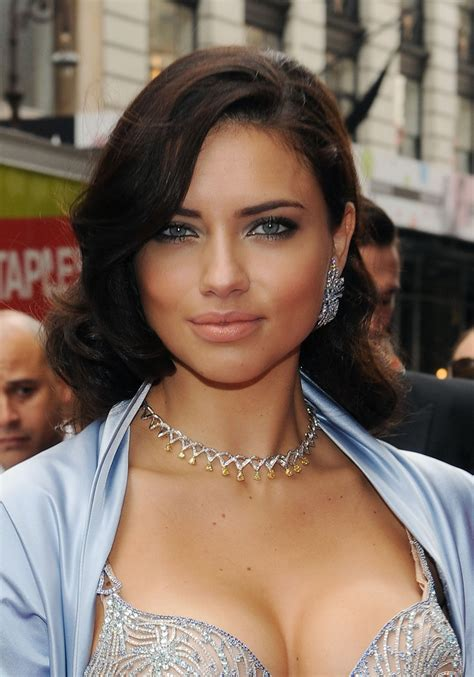 adriana lima hairstyles pictures 12 capellistyleit adriana lima medium wavy cut adriana lima hair looks