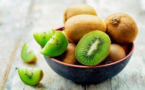 alimenti x sgonfiare la pancia sgonfia la pancia con il kiwi mangiare kiwi per