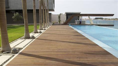 piastrelle bordo piscina posare parquet esterni il parquet come installare