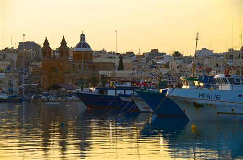 malta turisti per caso marsaxlokk al tramonto viaggi vacanze e turismo