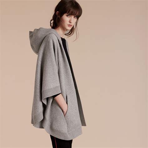 Ponco Burberry 3 wool blend hooded poncho in mid grey melange