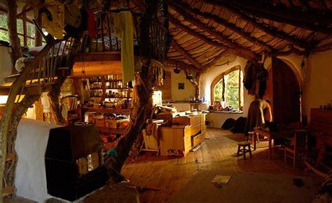 membuat rumah hobbit pria ini bangun rumah hobbit dari kayu