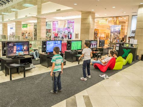 dibujos de niños jugando wii ni 241 os jugando juegos de video foto editorial de stock