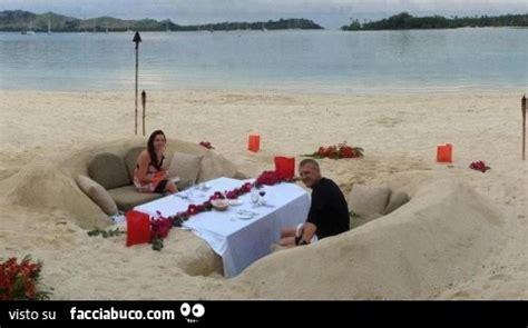 tavola per cena romantica divano di sabbia con tavola apparecchiata per una cena
