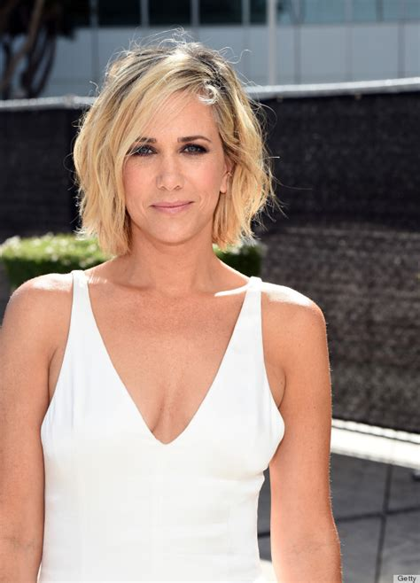 kristen wiigs hairstyles kristen wiig stuns in white at the 2014 emmy awards huffpost