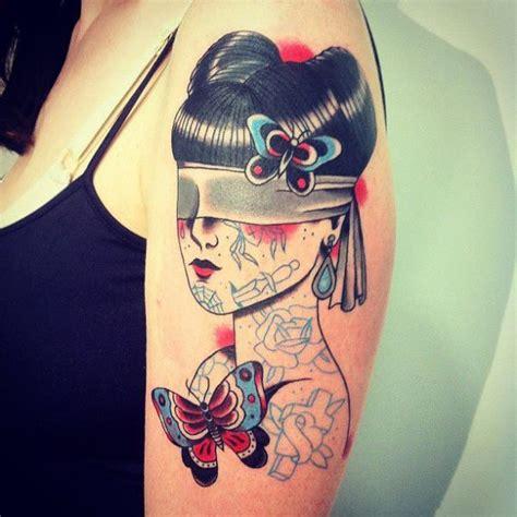 tattoo old school mujer tatuaje hombro old school ciego mariposa mujer por la