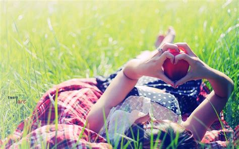 wallpaper girl in love girl making heart by hands in park love wallpapers new