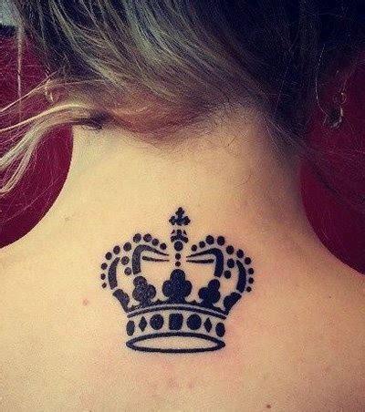 photo : tatouage couronne dans la nuque
