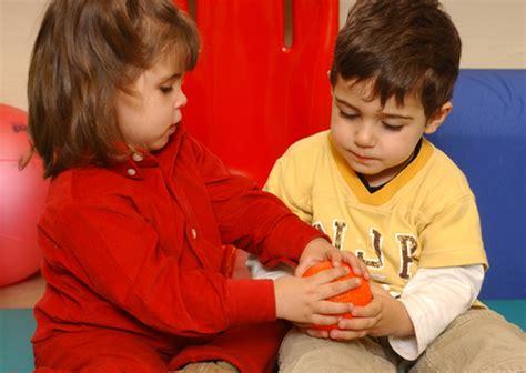 imagenes de niños jugando y compartiendo c 243 mo hacer que los ni 241 os compartan