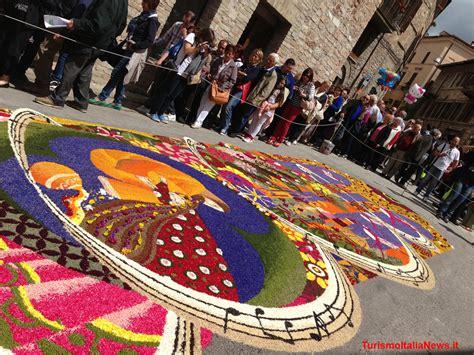 ci fioriti a spello per le infiorate ci si scopre artisti dei tappeti