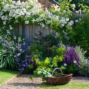 englische gartengestaltung fleurs bleues pour coin jardin romantique my