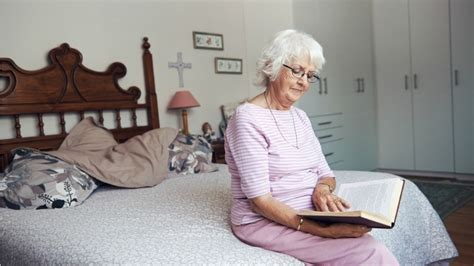 reading before bed what does reading before bed do to an adult s brain the sleep matters club