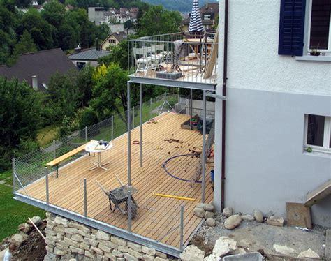 terrasse glasgeländer terrasse aus stahlkonstruktion terrassenbel ge auf einer