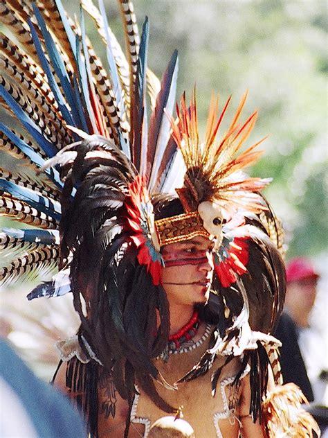 aztec dancer   photo    troupe  dancers