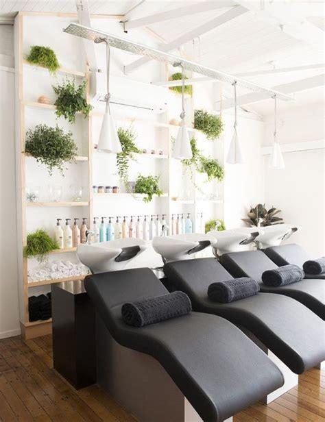 Kursi Cuci Rambut dekorasi salon dan barbershop menggunakan mural dan stiker