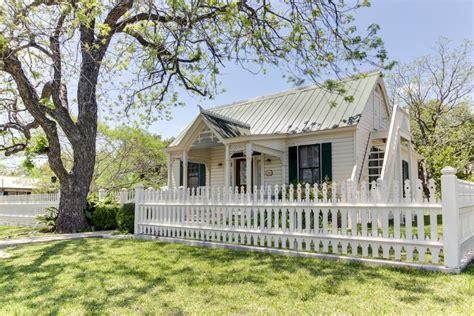 202 Cottage Fredericksburg Tx by Acorn 2 Bd Vacation Rental In Fredericksburg Tx