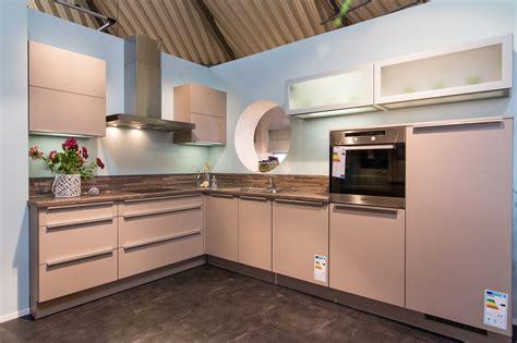 küche l form ohne geräte wand streichen mit besen