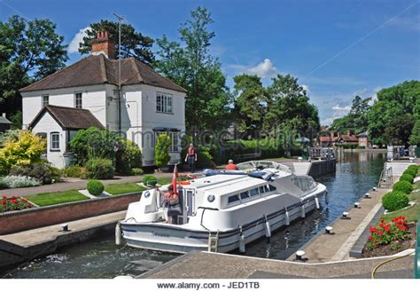 thames river cruise upstream lock keeper cottage stock photos lock keeper cottage