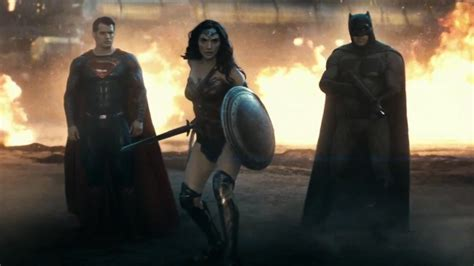 gal gadot di film batman vs superman image reveals batman s new suit in justice league