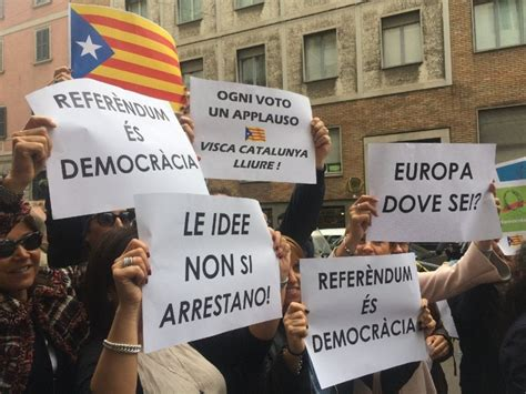 consolato spagnolo la lega davanti al consolato spagnolo quot referendum