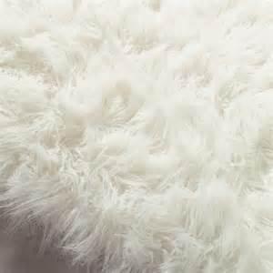 kunstfell teppich weiß teppich oumka aus kunstfell 160 x 230 cm wei 223 maisons