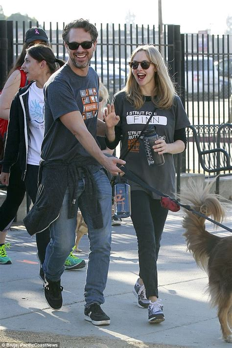 amanda seyfried kind amanda seyfried expecting first child as she shows off