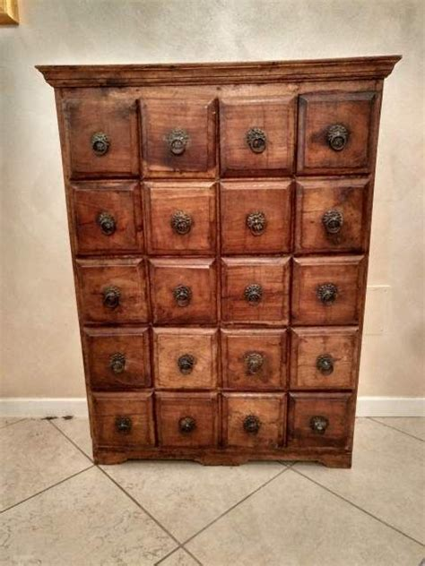 cassettiera per ingresso oltre 25 fantastiche idee su cassettiera antica su