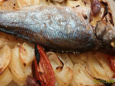 cocinar lubina al horno receta de lubina al horno con patatas f 225 cil ajetes
