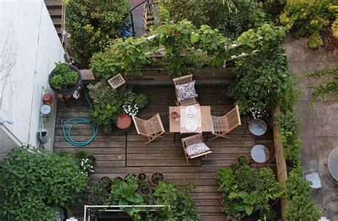 vaso attico terrazzo con fiori e piante