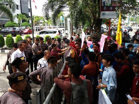 Air 2 Di Medan demo kenaikan tarif air di medan ricuh seorang mahasiswa dianiaya okezone news