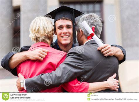 graduacion para un hijo padres de abrazo graduados fotos de archivo imagen 37038113