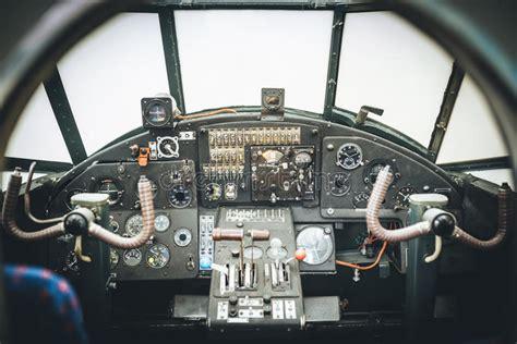 cabina di pilotaggio di un aereo cabina di pilotaggio di aerei pannello di controllo di un