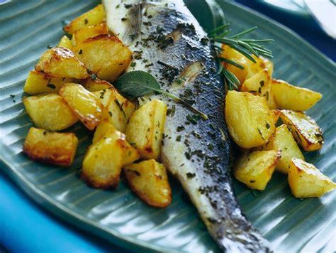 come cucinare branzino al forno ricetta branzino al forno con patate donna moderna
